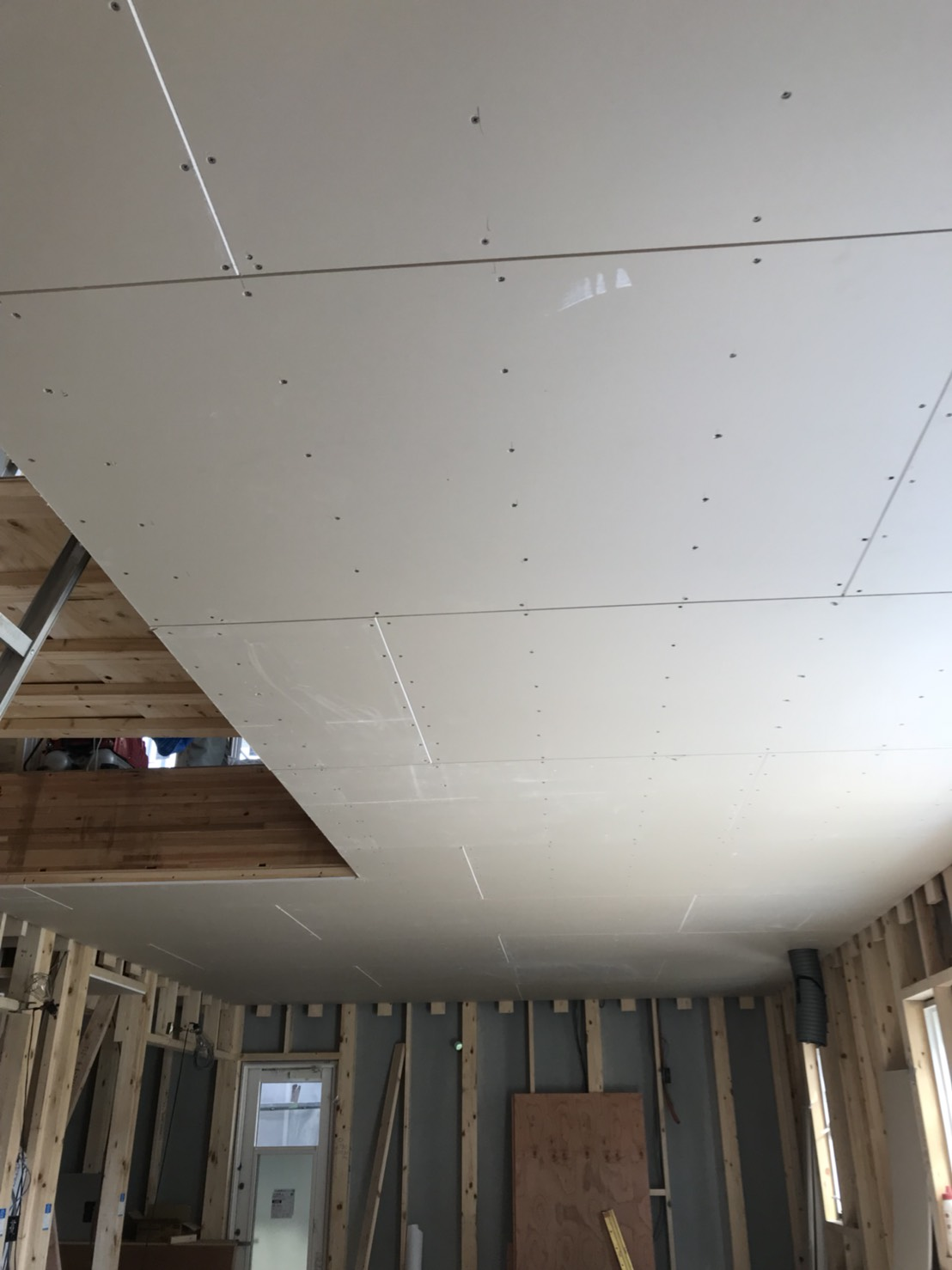 天井ボードが貼られました。
