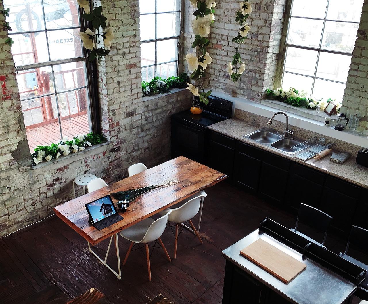 ダイニングテーブルの素材とサイズ、照明の選び方について