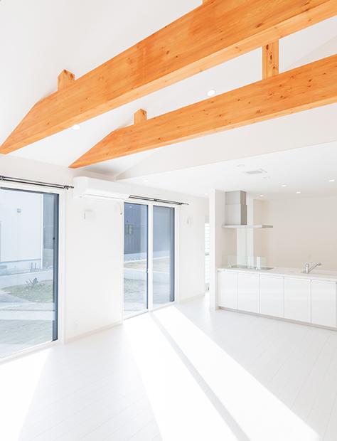 白と木の色のコントラストが美しい家